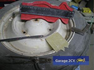 Von allen Teilen eines originalen 2CV - hier eine Felge - wird Maß genommen um damit die verkleinerten Formen herzustellen. (Foto: Chistophe Goujon/garage2cv.de)