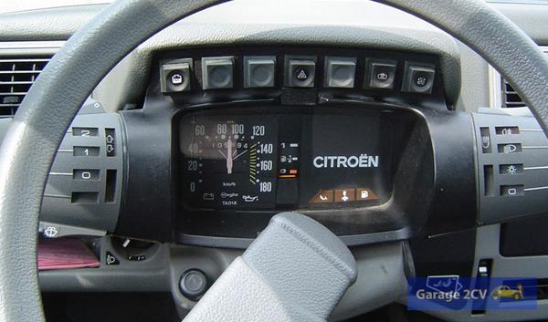 Ergonomischer Armaturenblock mit den berühmten Satelliten im rumänischen Citroën alias Oltcit Axel. Bild: Tanja Stieg / Archiv garage2cv
