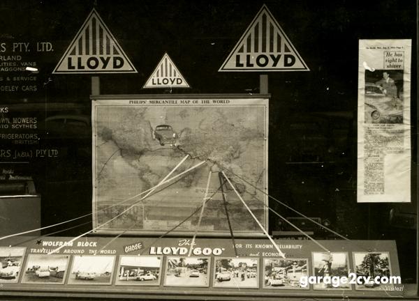 Schaufenster mit Berichten zur Weltreise mit 19 PS bei einem Lloyd-Händler in Melbourne, 1956. Bild: Wolfram Block / archiv garage2cv