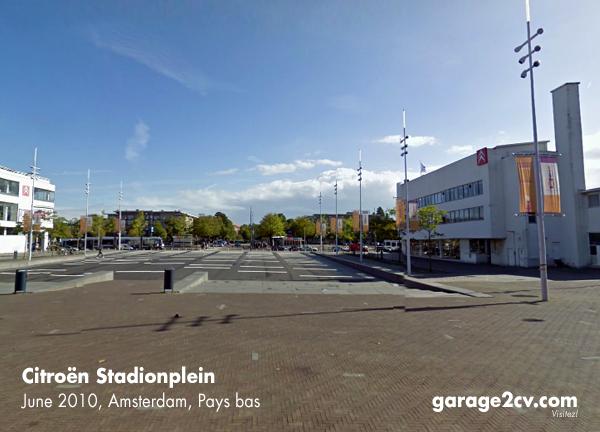 Blick vom Haupteingang des Amsterdamer Olympiastadions auf den Stadionplein mit den beiden von Jan Wils entworfenen Citroën-Bauten von 1931 (rechts) und 1962 (links). Bild: Sommer 2010/Archiv garage2cv.de