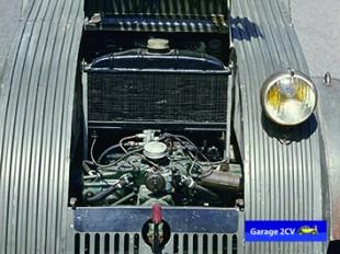 Die erste 2CV Serie des Jahres 1939 verfügt im Gegensatz zu den Nachkriegsmodellen über einen wassergekühlten Boxermotor, der sich allerdings in späteren Kältetests nicht bewährt. Bild: Citroën/garage2cv