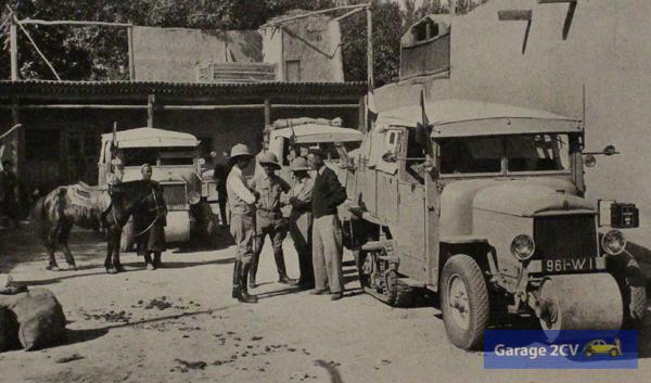 Expeditionsteilnehmer Haardt, Jacovleff, Audouin-Dubreuil und De Chardin neben einer Citroën-Autoraupe in Aqsu.