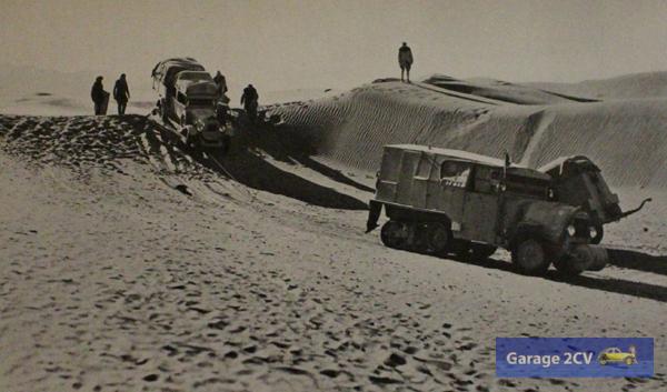 In den endlosen Weiten der Wüste Gobi benötigen die Raupen manchmal gegenseitige Abschlepphilfe.