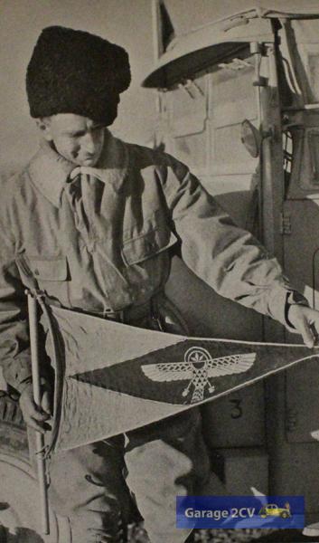 Georges-Marie Haardt mit der Flagge der Afrikafahrt. Am 12. Februar 1932 ist Peking erreicht, die erste Landverbindung vom Mittelmeer nach China seit dem Mittelalter.