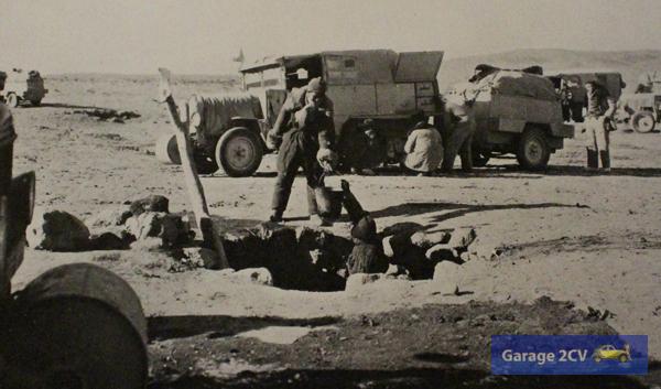 Auffrischen der Wasservorräte an einem Brunnen in der Nähe zu Sinkiang (Chinesisch-Turkistan) inmitten der Wüste Gobi. Normalerweise rasten hier Kamelkarawanen.