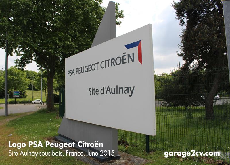 Das bisherige Konzernlogo von PSA Peugeot Citroën am Standort Aulnay-sous-bois, Juni 2015.