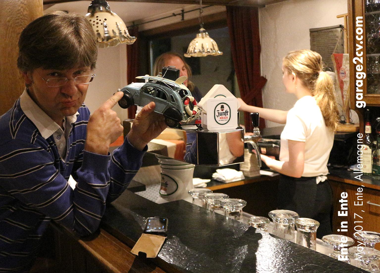 Krimi-Autor und Entenliebhaber Reiner W. Sowa kam vor einigen Jahren auf die Idee von Ente in Ente. Bild: garage2cv.de