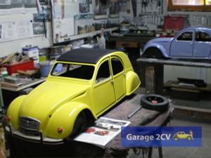 Ein Blick in die Werkstatt des professionellen Modellbauers zeigt neben umfangreichem Werkzeug auch zwei in Arbeit befindliche 2CV-Modelle. (Foto: Christophe Goujpn/garage2cv.de)