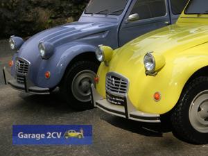 Während diese beiden 2CV in den Serienfarben Taubenblau und Quittengelb lackiert sind, können auch alle anderen Farbvariationen angefertigt werden. (Foto: Christophe Goujon/garage2cv.de)
