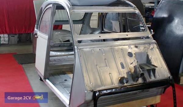 Passgenau: Anhand eingeschobener hinterer Türen wird die Passgenauigkeit der neuen 2CV-Karosse sichtbar. (Bild: Archiv garage2cv / Autex)