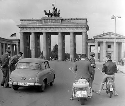 Die Borgward-Marke Lloyd rangiert zeitweise auf Platz 3 der bundesdeutschen Zulassungsstatistik. Hier ein Westberliner LP 400 an der Ausreisekontrolle am Brandenborger Tor in Richtung Westen. Bild: Archiv garage2cv