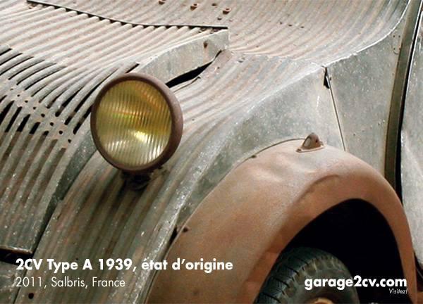 Ein einzelner Scheinwerfer und Positionsleuchten sind 1939 per französischer Straßenverkehrsordnung vorgeschrieben. Dem minimalistischen Konzept entsprechend benötigt der erste 2CV auch keine Lackierung: Bis auf die Radhauben sind alle Karossserieteile aus Aluminium.
