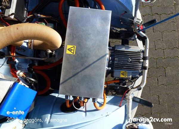 e-ente aus Langgöns: Ohne Änderungen an Karosse oder Rahmen ersetzt ein moderner Elektromotor den ursprünglichen Boxer, ein Getriebeadapter machts möglich. Foto: entenfrisch / garage2cv.de