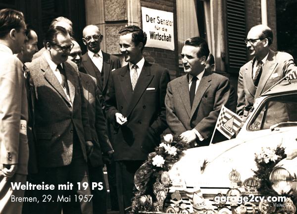 Wirtschaftsenator Wolters und Wolfram Block am 29. Mai 1957 in Bremen. Bild: Wolfram Block / Archiv Garage2cv