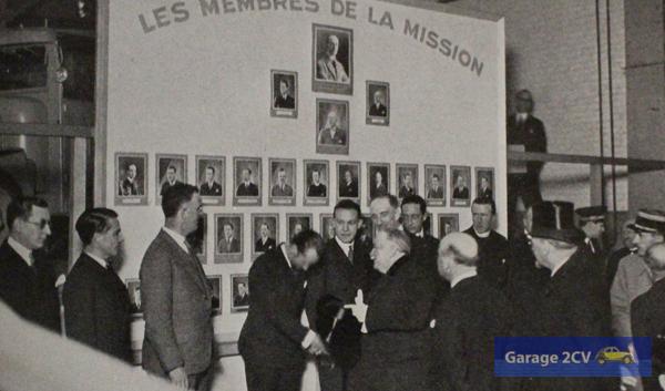 Dem französischen Staatspräsident Gaston Doumergue wird im Pariser Citroën-Kaufhaus Place de l'Europe M. Iacovleff, Ethnograf und Künstler der Expedition vorgestellt. Hinter ihm Georges-Marie Haardt und Dr. Maynard William Owen. André Citroën steht hinter dem Präsidenten.