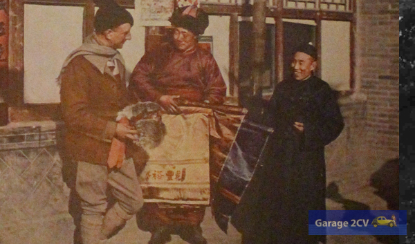 Georges-Marie Haardt läßt sich mongolisches Kunsthandwerk für eine spätere Ausstellung in Paris zeigen.