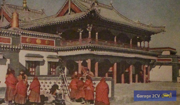 In Peilingmiao kann die Citroën-Expedition erstmals überhaupt bewegte und vertonte Aufnahmen eines Lama-Gottesdienstes anfertigen.