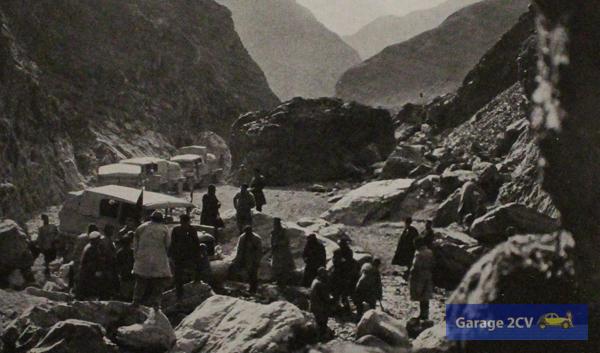 Schwierig wird es im Gebirge: Erstmals überqueren Fahrzeuge den Himalaya. Sie müssen zeitweise Fahrzeuge demontiert über das Gebirge getragen werden.