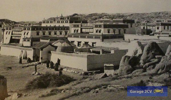 Die Lama-Kolonie von Sharamuren mit den drei Haupttempeln.