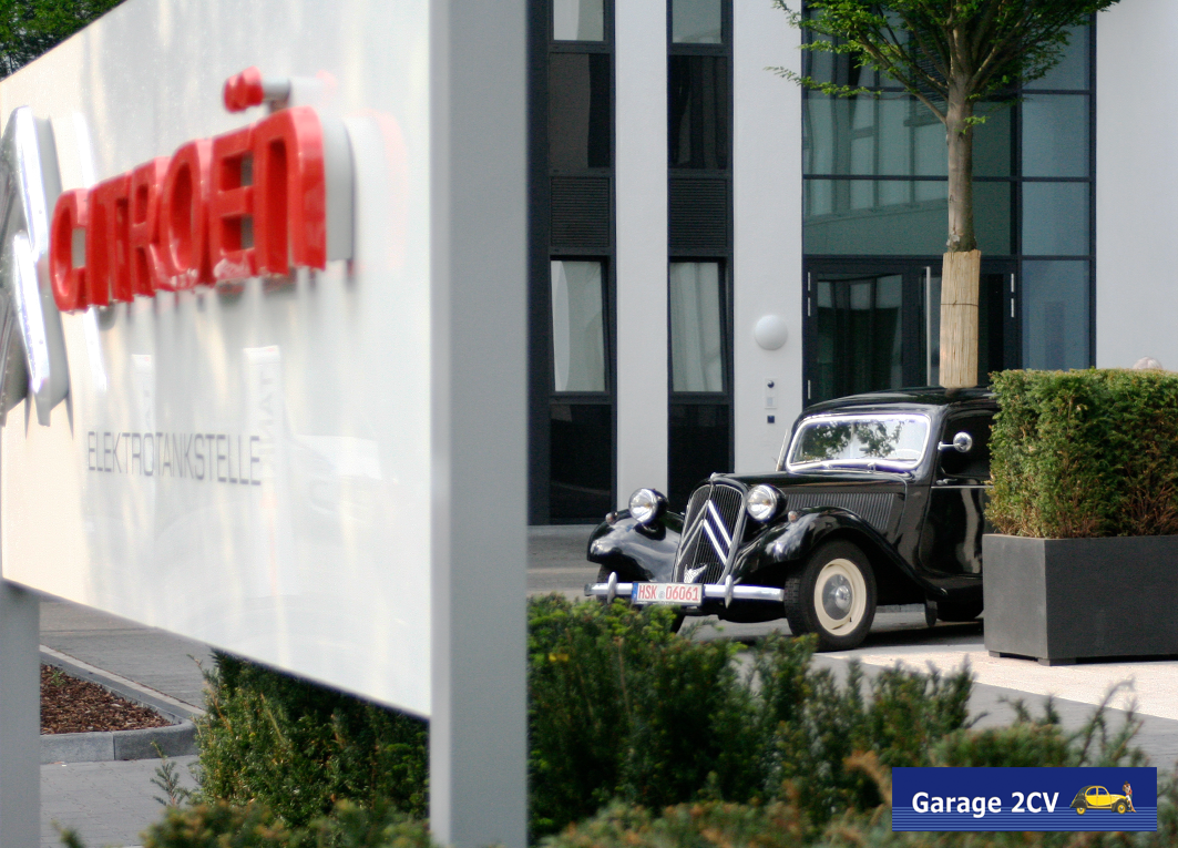 Citroën Traction Avant vor neuer PSA-Zentrale in Köln-Grembergerhoven