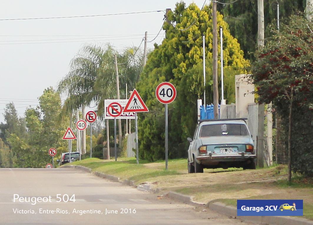 Peugeot 504 aus argentinischer Produktion am Rande einer Straße in Victoria in der Provinz Entre-Rios. Bild: Jan Eggermann