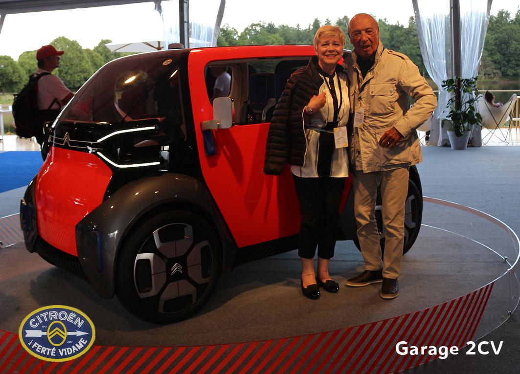 Citroën-Chefin Linda Jackson und 2CV-Werbeveteran Jacques Séguéla posieren für Garage 2CV vor dem neuen Citroën Ami.